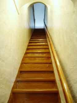 возможность прохождения по лестницам